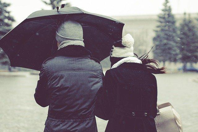 cuplu, vant, umbrela