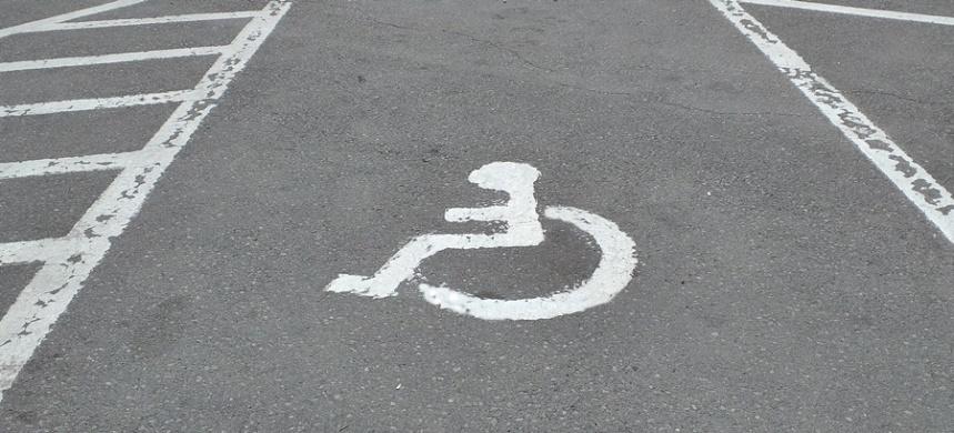locurile de parcare adaptate, rezervate si semnalizate prin semn international pentru persoane cu handicap